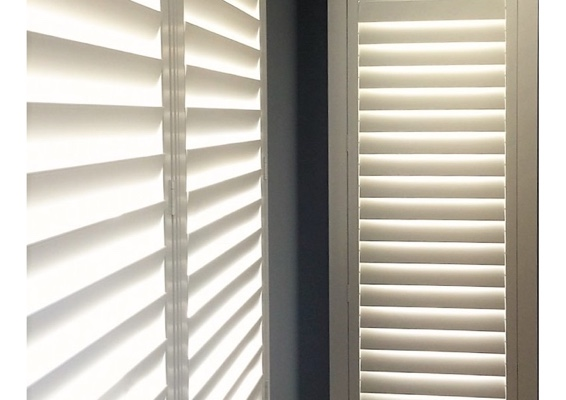 Narrow plantation shutters with hidden tilt rods